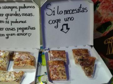 Imagen de las porciones de pizza a las puertas del local de La Laguna