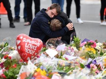 Personas lloran en un memorial de flores tras el atentado en Christchurch