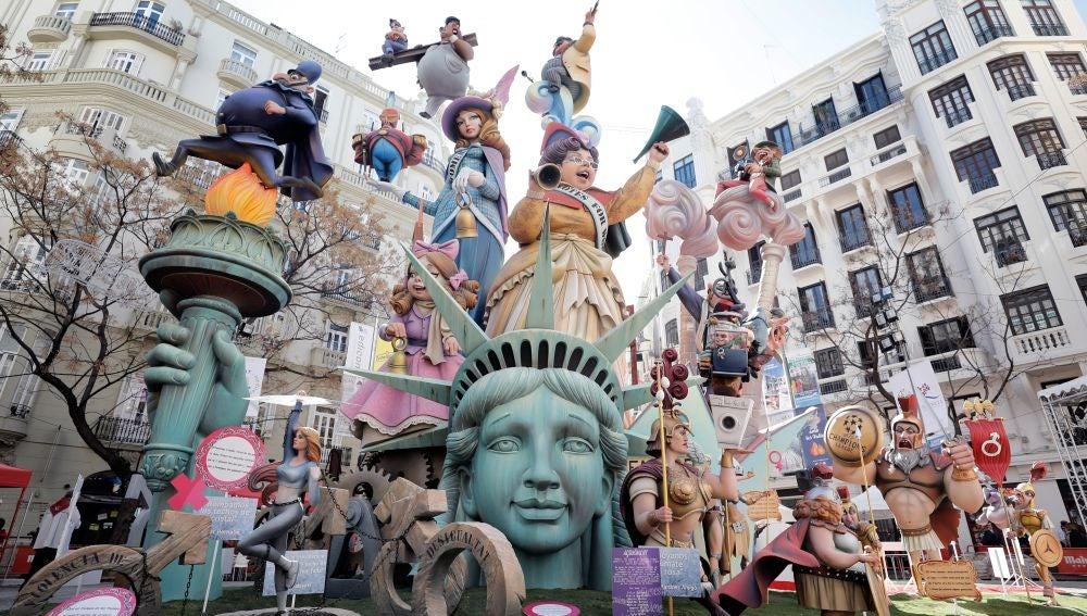 Vista de uno de los monumentos falleros en Valencia