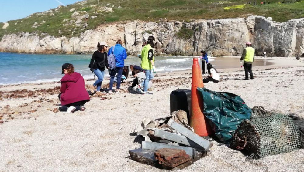 Recogida de residuos en la playa de Las Lapas, en A Coruña