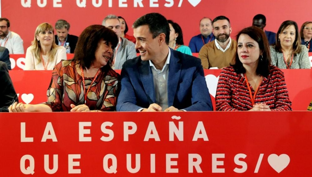 El presidente del Gobierno, Pedro Sánchez, la portavoz del PSOE en el Congreso Adriana Lastra, y la presidenta del PSOE Cristina Narbona