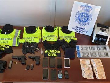Material incautado a un grupo que se hacía pasar por Guardia Civil