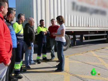 """La denuncia de un trasportista en Liarla Pardo: """"Mientras hacíamos la entrevista un migrante ha hecho la 'cama' debajo de mi camión"""""""