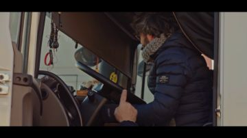 Un camionero le muestra a Jordi Évole cómo funciona el tacógrafo que marca sus tiempos de conducción y descanso
