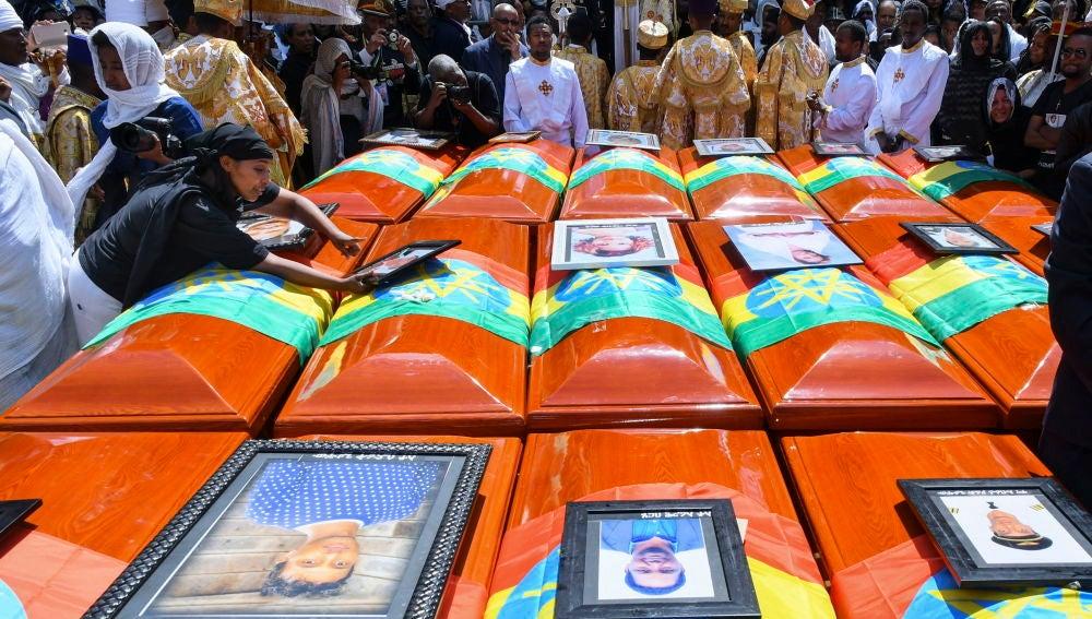 El multitudinario funeral de las víctimas del avión siniestrado en Etiopía