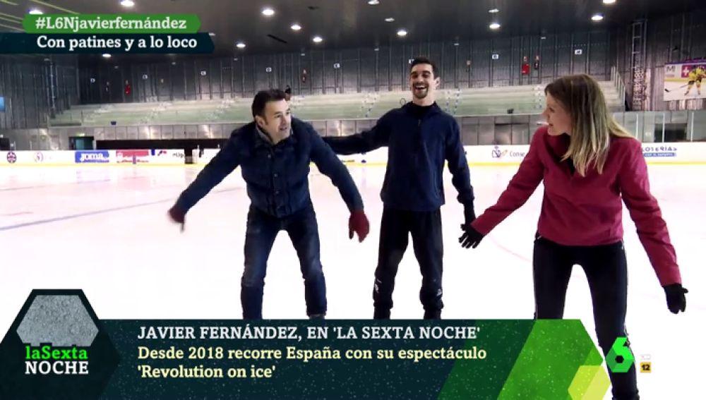 Javier Fernández intenta enseñar a patinar a Iñaki López y Andrea Ropero entre risas, caídas y 'abrazos'