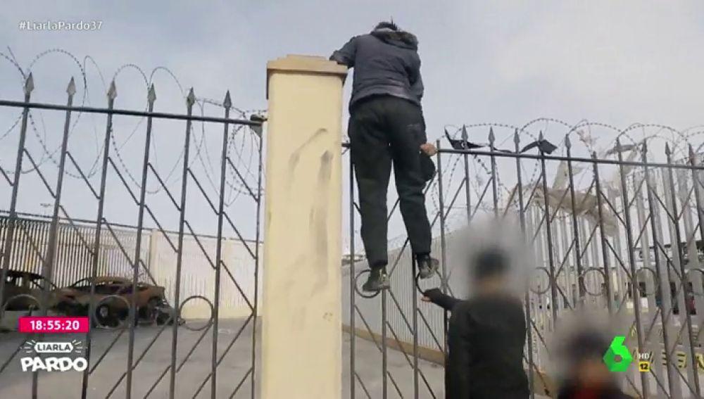 Liarla Pardo presencia cómo niños migrantes desesperados intentan subir a un barco desde Ceuta rumbo a la península