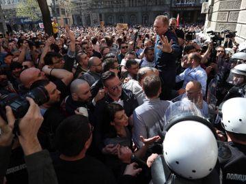 Miles de personas se concentran ante la sede de la Presidencia serbia para protestar contra el presidente