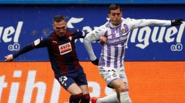 Arbilla y Sergi Guardiola disputan un balón en el partido