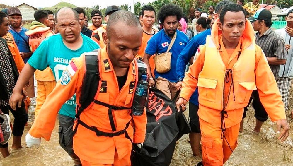 Traslado de un cadáver tras las riadas en Indonesia