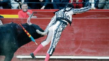 El diestro Enrique Ponce ha resultado cogido durante la faena de muleta