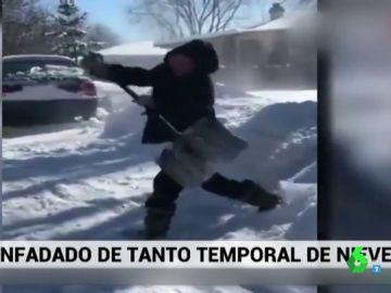 La divertida caída de un hombre en pleno enfado por tener que quitar la nieve de delante de su casa