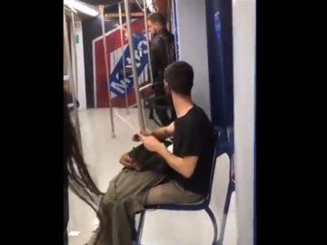 Imagen del joven afilando un gran cuchillo en el interior de Metro Madrid