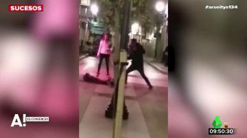 Salvaje agresión en Gijón: un joven acuchilla a un hombre y golpea a otro en plena calle