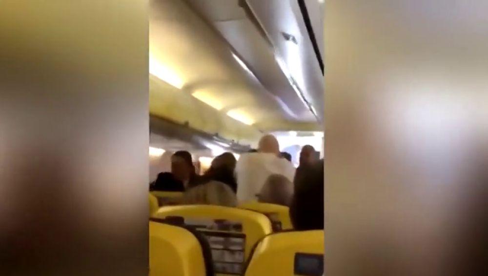 Brutal pelea entre dos pasajeros en un vuelo de Ryanair