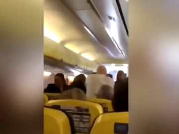 Pelea en un avión de Ryanair: un pasajero trata de arrancar la nariz a otro de un mordisco