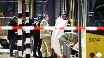 Miembros de los servicios de emergencias trabajan en la plaza del 24 de Octubre