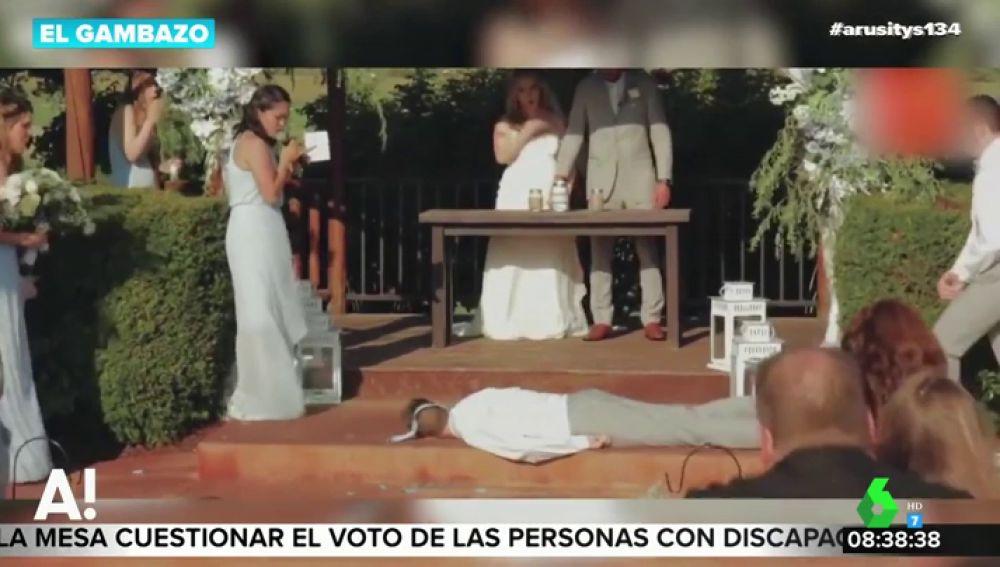 Impactantes imágenes: el padrino de una boda se desmaya e impacta contra el suelo en durante la ceremonia