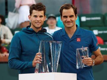 Dominic Thiem y Roger Federer posan con los trofeos tras la fina
