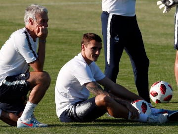 Griezmann y Deschamps en un entrenamiento de la selección francesa