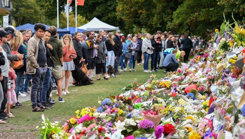 Numerosas personas visitan el memorial tras el atentado en Chirstchurch