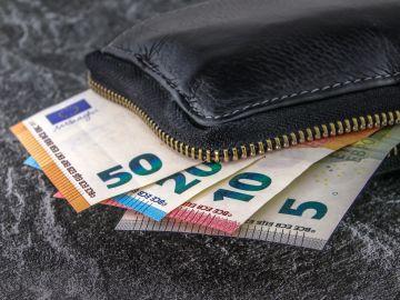 Imagen de archivo de un monedero con dinero.
