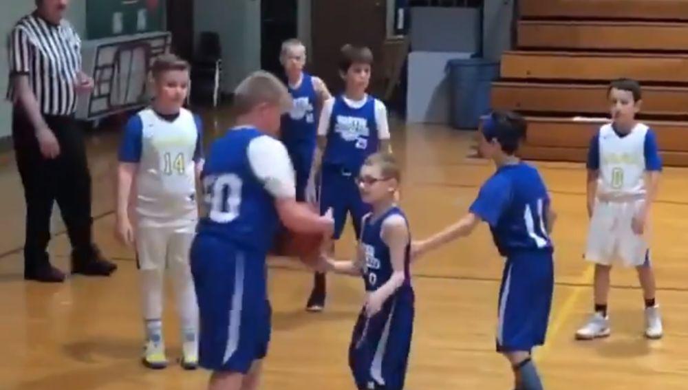 Emotiva escena en un partido de baloncesto