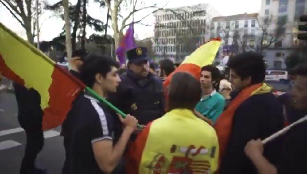 """La lección de un policía a unos jóvenes con banderas de España en la manifestación independentista: """"La democracia es eso"""""""