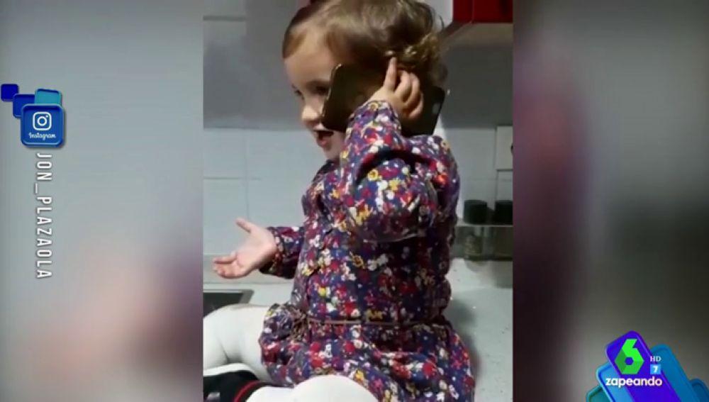 """El adorable vídeo en el que la niña de 'Allí Abajo' llama por teléfono a Jon Plazaola, su padre en la serie: """"Aita"""""""