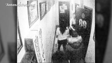 Primeras imágenes de 'La Manada de Sabadell' persiguiendo a su víctima hasta el baño del pub antes de la agresión sexual
