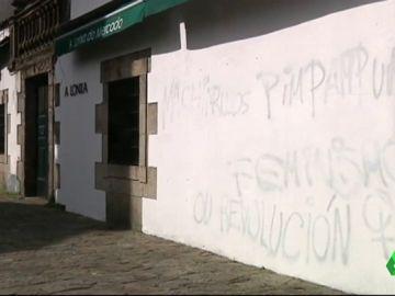 Aparecen nuevas pintadas con mensajes feministas en el casco histórico de Santiago de Compostela