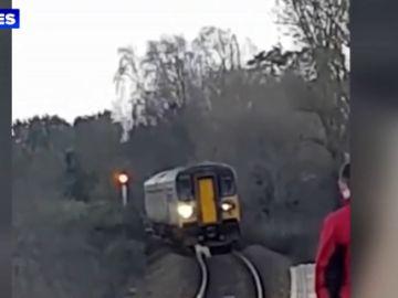 Un perro pastor provoca retrasos de dos horas en la red ferroviaria al confundir al tren con un gran animal
