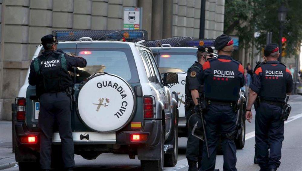 Mossos d'esquadra escoltan a los vehículos de la Guardia Civil