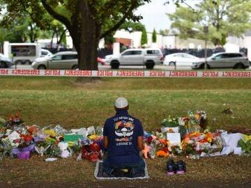 Un musulmán reza en un monumento improvisado en la mezquita de Al Noor en Deans Rd., Christchurch (Nueva Zelanda).
