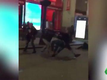 Un hombre golpea a dos personas con un arma cargada en Nueva York