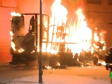 VÍDEO REEMPLAZO   Queman un camión como represalia por la muerte del hombre apuñalado en Vallecas