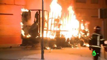 VÍDEO REEMPLAZO | Queman un camión como represalia por la muerte del hombre apuñalado en Vallecas