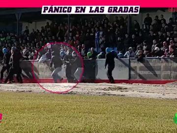 Ultras invaden un campo de fútbol en pleno partido y la Policía interviene metiendo el furgón sobre el césped