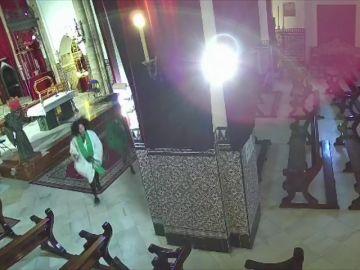 El vídeo del peculiar robo en una iglesia de Sevilla: sustraen ropa del cura para hacerse fotos de burla