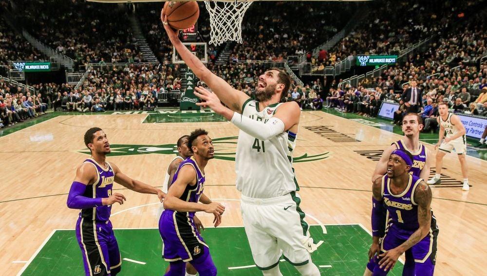Nikola Mirotic encesta ante la defensa de los Lakers