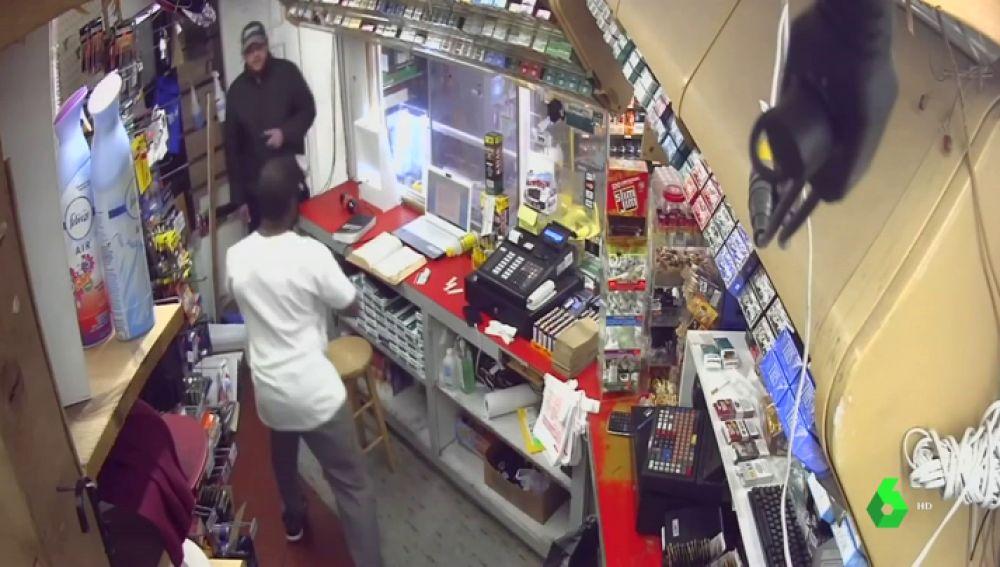 El empleado de la gasolinera saca un enorme machete para defenderse