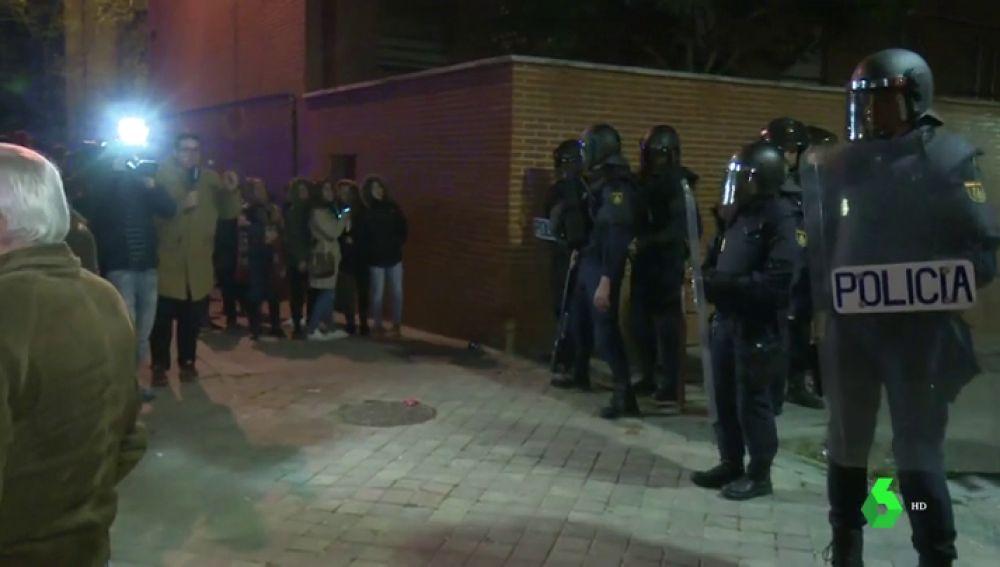 Los antidisturbios intervienen para calmar la tensión en Vallecas por el asesinato de un hombre de 63 años