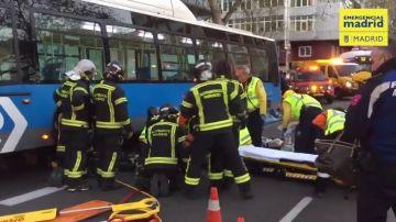 Una joven en estado grave tras ser atropellada por un autobús mientras cruzaba mirando el móvil