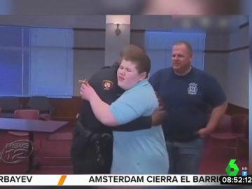 La Policía ayuda a un niño con autismo a recuperar su peluche tras recibir su llamada