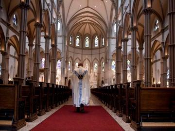 Un sacerdote camina en la Catedral de St Paul en Pittsburgh, Pensilvania