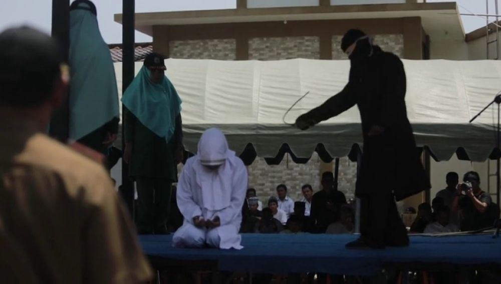 Azotan en público a cinco parejas en Indonesia por verse a solas sin estar casadas