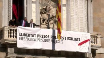 Pancarta con un lazo blanco en el Palau de la Generalitat