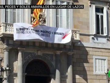VÍDEO REEMPLAZO - Torra sustituye la pancarta del lazo amarillo del Palau por una con un lazo blanco y una franja roja