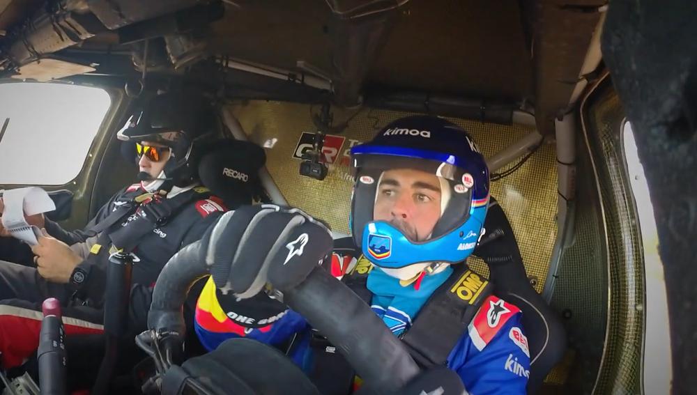 Fernando Alonso, subido al Toyota Hilux del Dakar