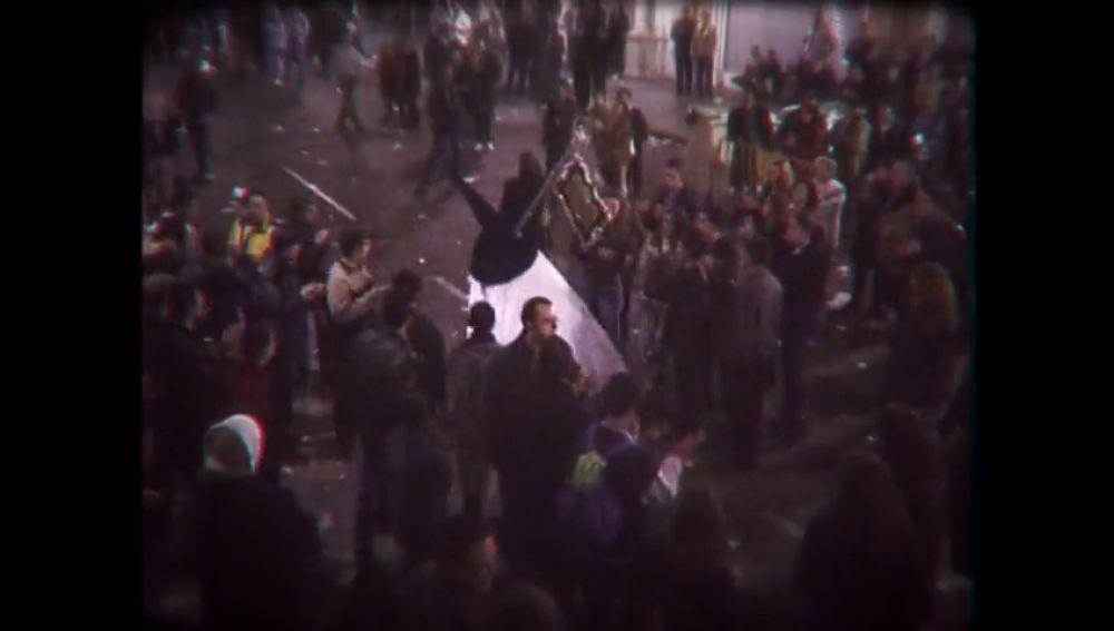 Nazarenos con pistolas, jugadores de rol, un hombre con un cuchillo... ¿qué fue lo que pasó realmente durante 'La Madrugá' del 2000 en Sevilla?
